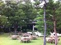 庭園で準備している夜のビアガーデン
