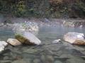 近くの川の温泉
