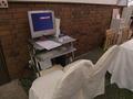 ブライダルサロン入口に置かれたパソコン資料