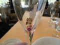 ワインを飲み干すと現れるグラスの絵柄