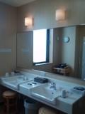 光が入り込む洗面台