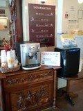 オシャレなロビーでコーヒーとおしぼりサービス