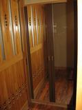 部屋の前の鏡