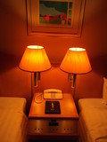 ベッドの照明は素敵です&部屋の電話
