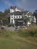 ホテル前のゲレンデから見た外観全景