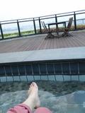 風に吹かれて気持ち良い~円形の足湯