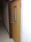 廊下から見た部屋のドア