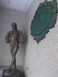 入口の銅像がちょっとお洒落です