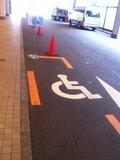 正面玄関前に車椅子専用駐車スペース
