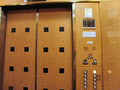 重厚な趣のエレベーター