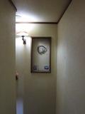 階段の壁に飾りの様子。