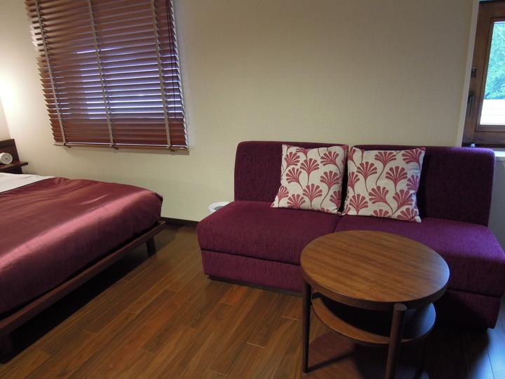 部屋にあるソファと机です
