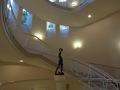 螺旋階段中央の像