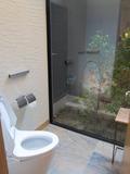ガラス張りのトイレ個室