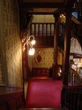 2階カフェから降りる階段