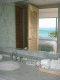 バスルームの鏡に映る海