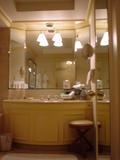 写真右手に個室のトイレ、左手にシャワーブースとバスタブ
