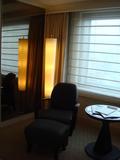 窓際のソファはオットマン付