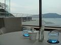 テーブルの向こうに海