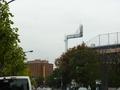 地下鉄外苑前駅から徒歩7分の道のり。上り坂です。正面レンガ色が日本青年館、右手が神宮球場。