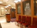 1階入口を入ってすぐのカフェバーと奥はカーブした廊下