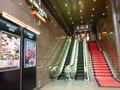 エスカレーターを上がって右が入口自動ドア。素敵な真っ赤な階段!