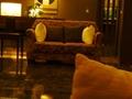 2階フロント前ロビーの思わず座りたくなる、高級ソファー