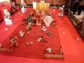 かるた遊びをする雛人形/雛の吊るし飾り(15階ロビー)