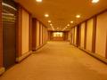 本館から宴会場に移動する長い廊下