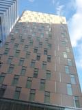 青空が映える、ホテル正面外観