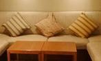 スイートルーム(別室)のソファーとテーブル