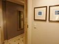 壁面の絵画(2枚)と玄関へのアプローチ