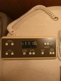 時計(アラーム)、照明の他、自動カーテン・日よけスイッチも(@スイートルーム)