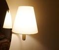 デスク横の明るいライト