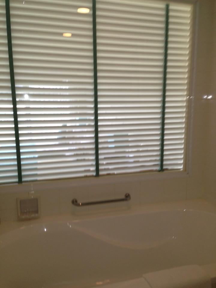 お風呂と部屋はガラスでつながってます