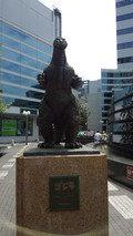 レム日比谷の前の広場にあるゴジラの銅像
