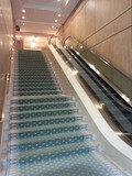 プリンセスガーデンホテルのフロントへ上がるエスカレーター