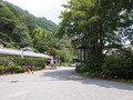 宿への入り口と駐車場