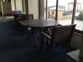 更衣室横の椅子と机