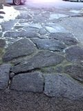 正面玄関のアプローチ(石畳)