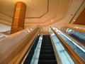 本館2階から3階に上がる長いエスカレーター