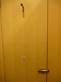 1階ロビー男子トイレ(個室)のドア