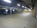 ホテルの駐車場(通路と奥が出入り口)