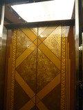 ホテル1階のエレベーターの扉はゴージャス