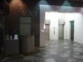 ベルキャプテンのデスクの奥にエレベーター乗り場