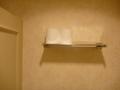 共用トイレ個室の上棚には予備のロールが2つあり、安心です
