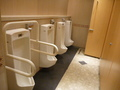 地下1階の共用トイレ(男子小用)