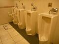 宴会場フロアの男子トイレ(小用便器)