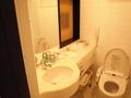ダブルベットの部屋(洗面台とトイレ)
