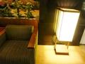 ソファーの脇には和のテイストの行燈照明